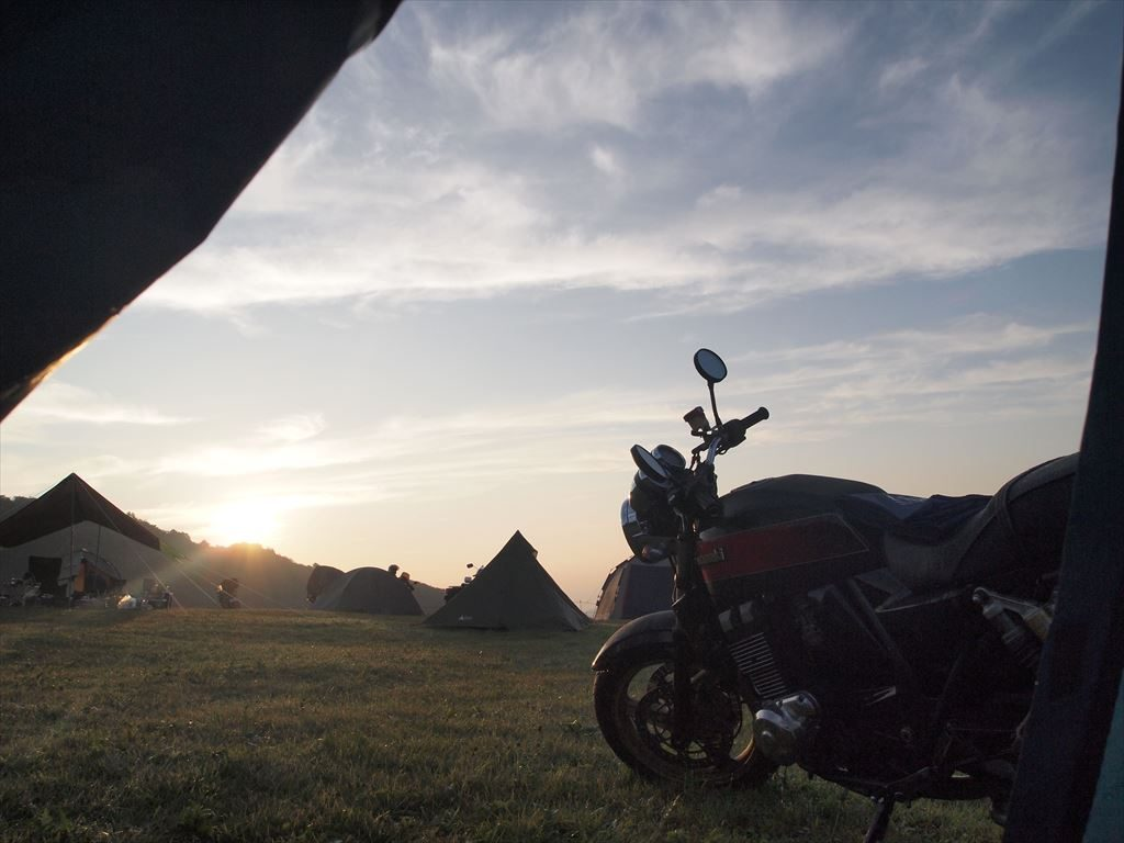 テントの入り口から見えるバイク(キャンプの風景)