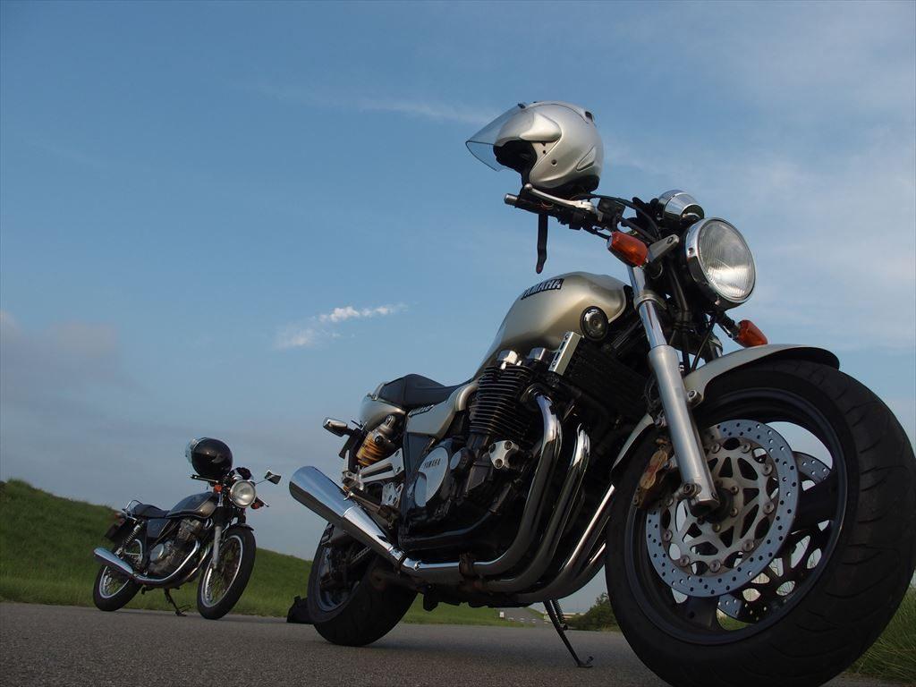 バイク二台と青空
