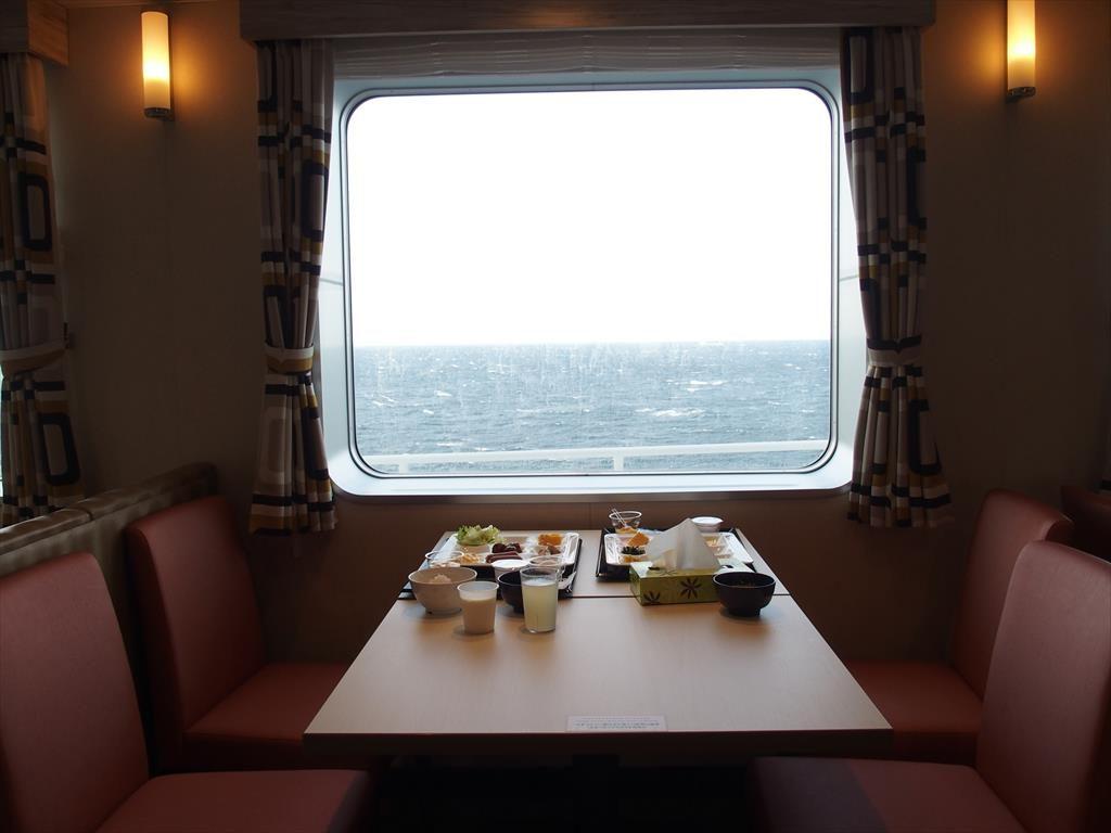フェリー内のレストラン(窓際席)