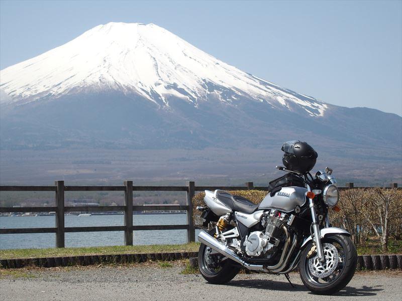 背景に大きな富士山と手前にバイク(XJR1300)