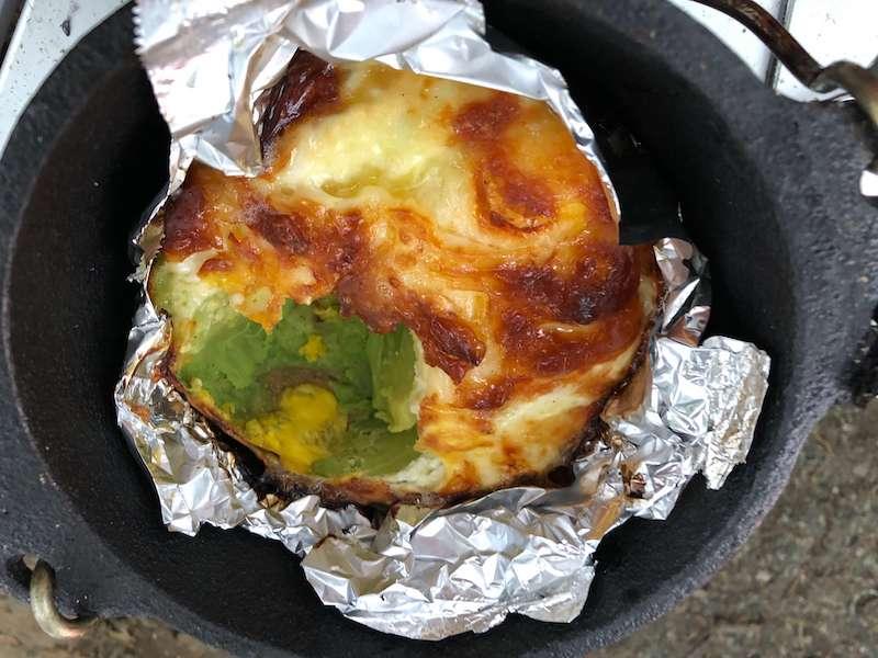 ダッチオーブンで作った、アボカド卵黄チーズマヨ