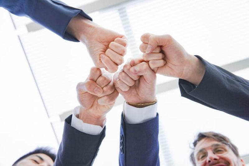 ビジネスシーンで助け合いのイメージ