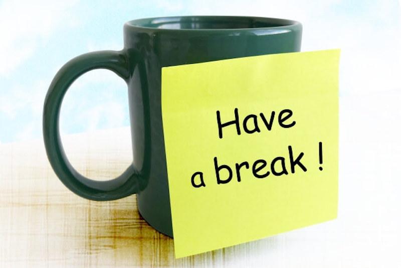 休憩のメモとコーヒーカップ